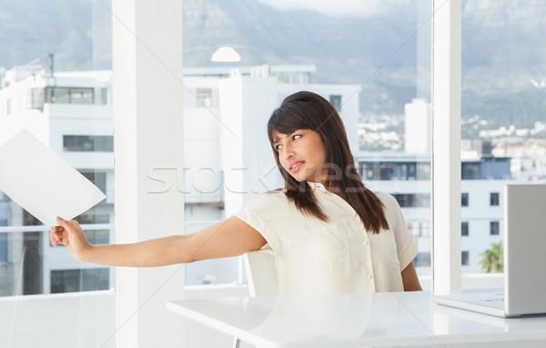 Empresária olhando papel escritório teclado Foto stock © wavebreak_media