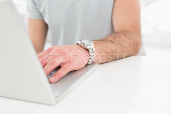 бизнесмен Смотреть используя ноутбук служба компьютер ноутбук Сток-фото © wavebreak_media