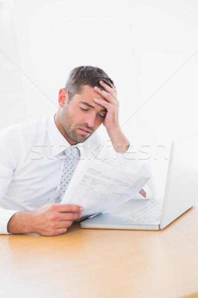 Verward zakenman naar papier kantoor computer Stockfoto © wavebreak_media