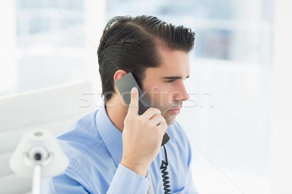 Figyelmes üzletember telefonbeszélgetés iroda férfi telefon Stock fotó © wavebreak_media