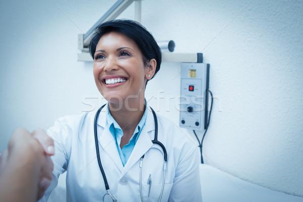Vrolijk tandarts handen schudden patiënt vrouwelijke hand Stockfoto © wavebreak_media