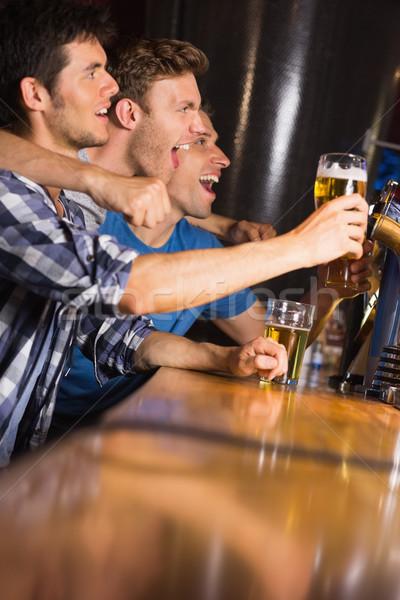 Feliz amigos para cima álcool pub sorridente Foto stock © wavebreak_media