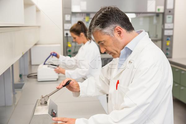Gyógyszerész sajtó gyártmány tabletták laboratórium iskola Stock fotó © wavebreak_media
