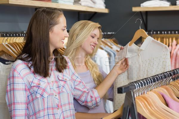 Kettő gyönyörű nők megérint póló ruházat Stock fotó © wavebreak_media