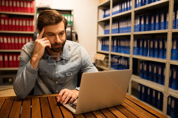 Nachdenklich Geschäftsmann mit Laptop Datei Abstellraum Arbeitsplatz Stock foto © wavebreak_media