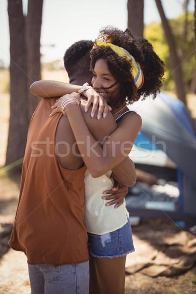 Oldalnézet pár átkarol áll sátor mező Stock fotó © wavebreak_media