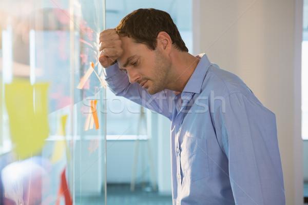 Lehangolt férfi igazgató dől üveg tábla Stock fotó © wavebreak_media