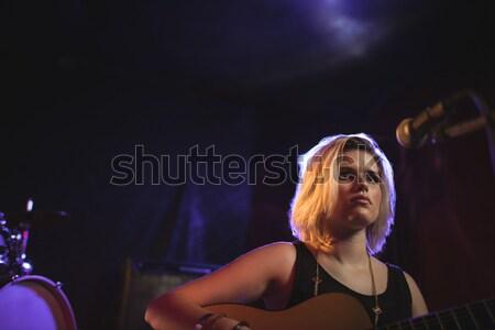 Női játszik gitár éjszakai klub alulról fotózva kilátás Stock fotó © wavebreak_media