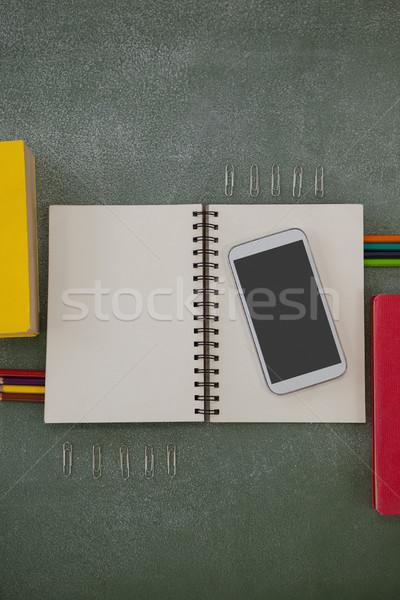 различный школьные принадлежности мобильного телефона доске мнение окна Сток-фото © wavebreak_media