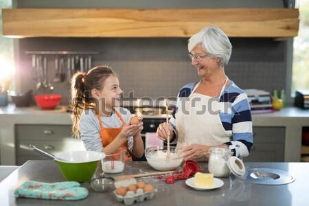 Kleindochter eieren grootmoeder glimlachend keuken Stockfoto © wavebreak_media