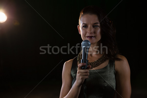 Feminino cantora cantando microfone etapa música Foto stock © wavebreak_media
