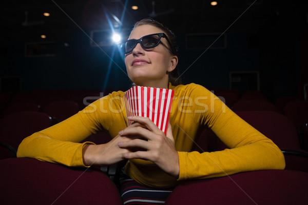 Mujer sonriente palomitas viendo película teatro mujer Foto stock © wavebreak_media