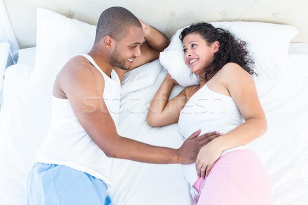 Feliz mujer embarazada cama marido vista Foto stock © wavebreak_media