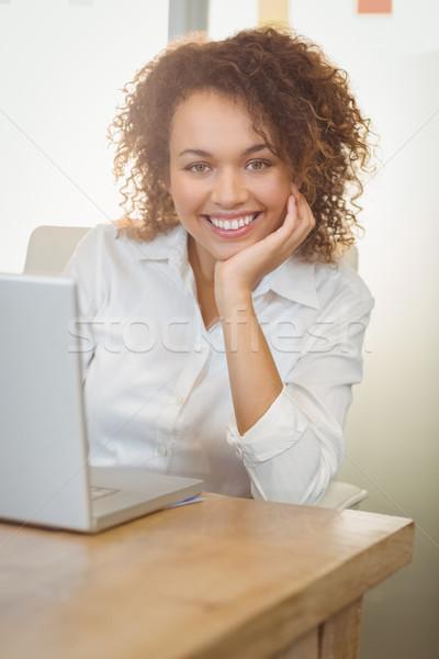 Sorridente empresária mão queixo retrato usando laptop Foto stock © wavebreak_media