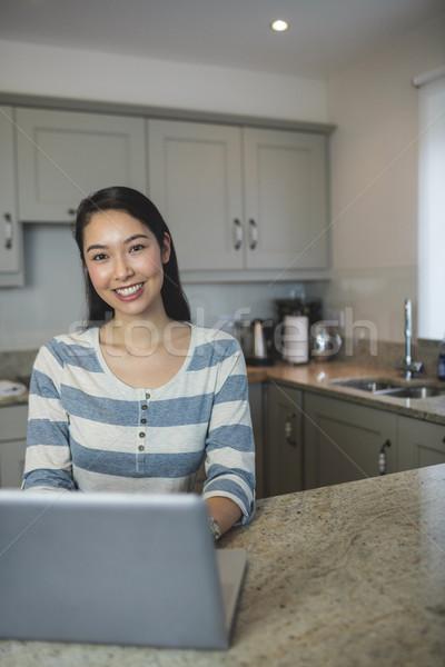 Portré fiatal nő laptopot használ konyha otthon számítógép Stock fotó © wavebreak_media