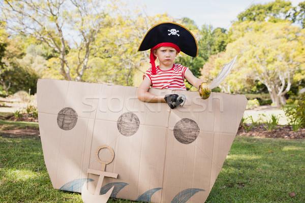 Cute Junge posiert innerhalb Karton Stock foto © wavebreak_media