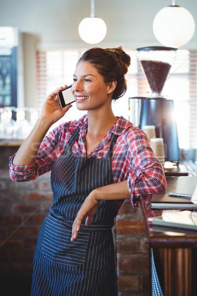 Serveuse coup de téléphone café femme heureux Photo stock © wavebreak_media