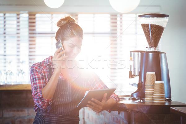 Pincérnő készít telefonbeszélgetés kávézó nő boldog Stock fotó © wavebreak_media