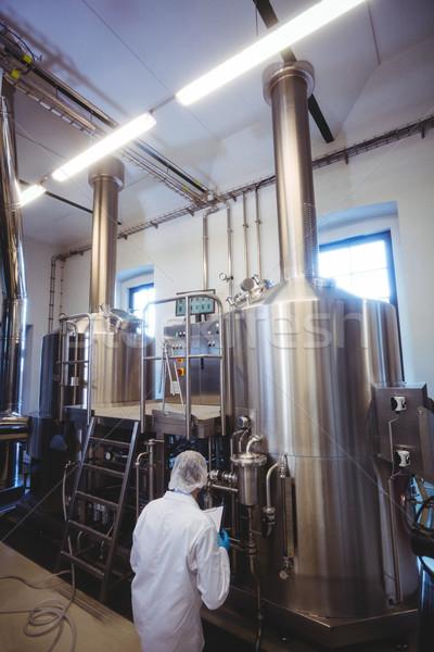 Fabricante trabalhando cervejaria armazenamento homem Foto stock © wavebreak_media