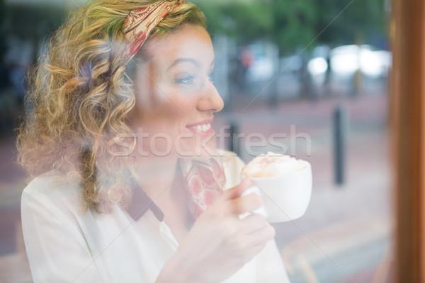 Femme potable café cafétéria fenêtre technologie Photo stock © wavebreak_media