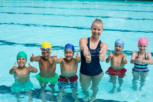 Foto stock: Treinador · crianças · piscina · água