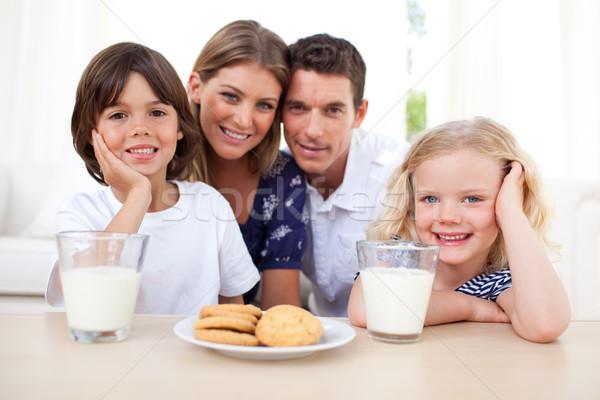 Kinderen eten biscuits melk ouders keuken Stockfoto © wavebreak_media