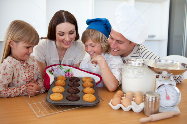 Vrolijk familie presenteren muffins keuken huis Stockfoto © wavebreak_media