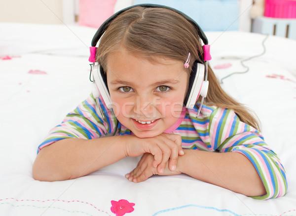 Glimlachend weinig luisteren naar muziek bed gelukkig haren Stockfoto © wavebreak_media
