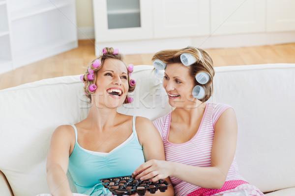 Nevet női barátok haj eszik csokoládé Stock fotó © wavebreak_media