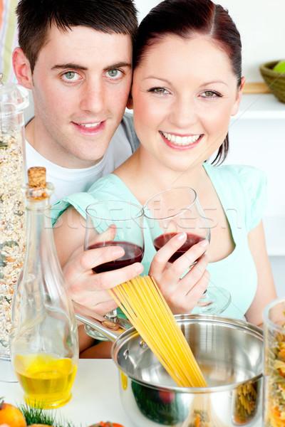 Сток-фото: счастливым · пару · спагетти · кухне · вино · женщину