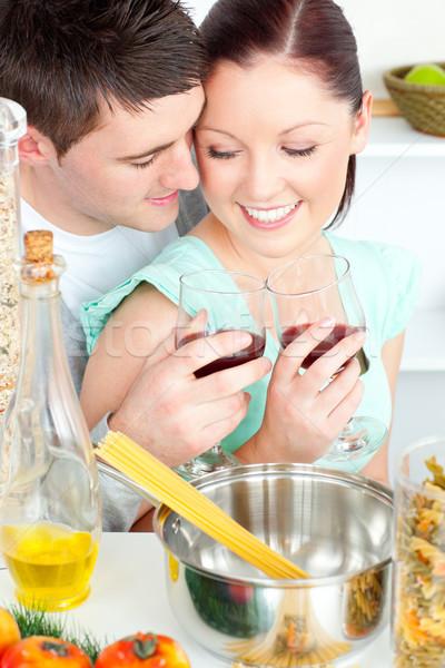 Amoroso Pareja espaguetis cocina vino alimentos Foto stock © wavebreak_media