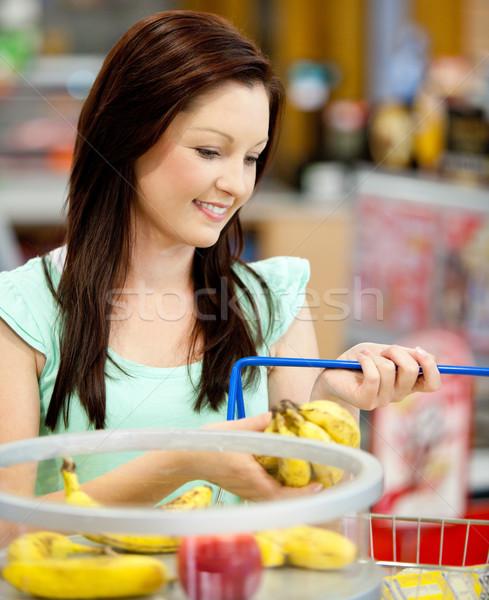 Portret atrakcyjna kobieta zakupu bananów jabłka sklep spożywczy Zdjęcia stock © wavebreak_media