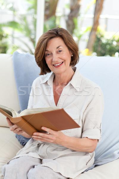 Foto stock: Vieja · lectura · libro · mujer · casa · feliz