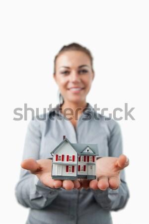 Miniatuur huis jonge vrouwelijke makelaar witte Stockfoto © wavebreak_media