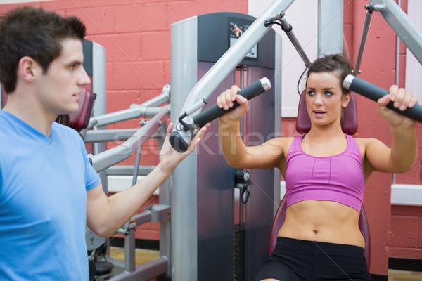 Trener pomoc kobieta wagi maszyny mężczyzna Zdjęcia stock © wavebreak_media
