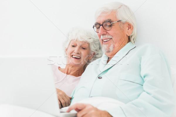 çift izlerken bir şey dizüstü bilgisayar yatak yaşlı Stok fotoğraf © wavebreak_media