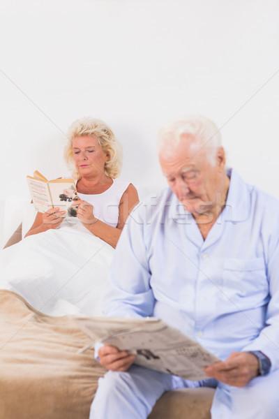 пожилого пару чтение кровать спальня женщину Сток-фото © wavebreak_media