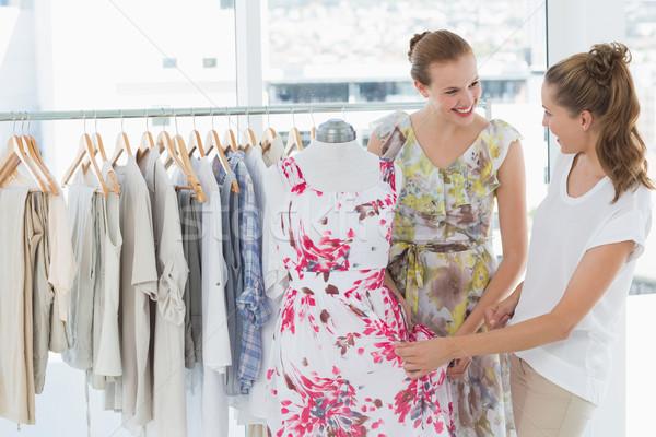 Mulheres jovens compras roupa armazenar dois feliz Foto stock © wavebreak_media