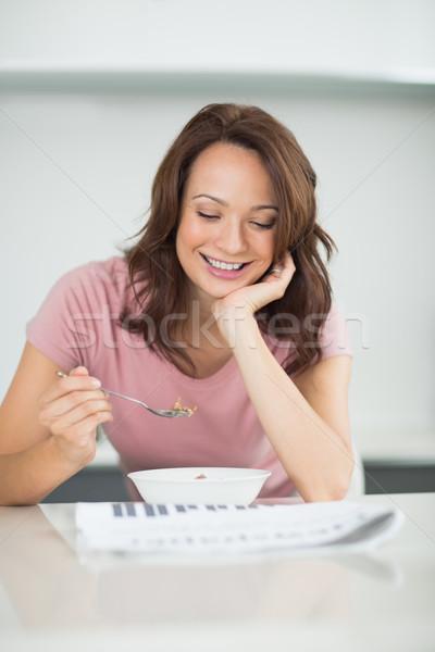 Kobieta puchar zboża czytania gazety kuchnia Zdjęcia stock © wavebreak_media