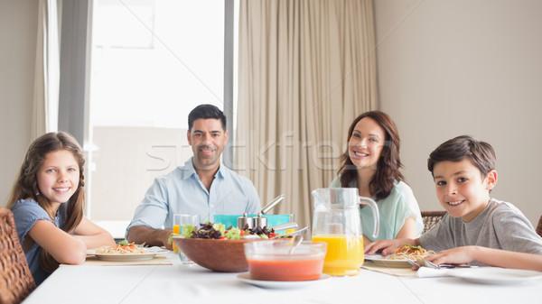 Portret gelukkig gezin vier vergadering eettafel home Stockfoto © wavebreak_media
