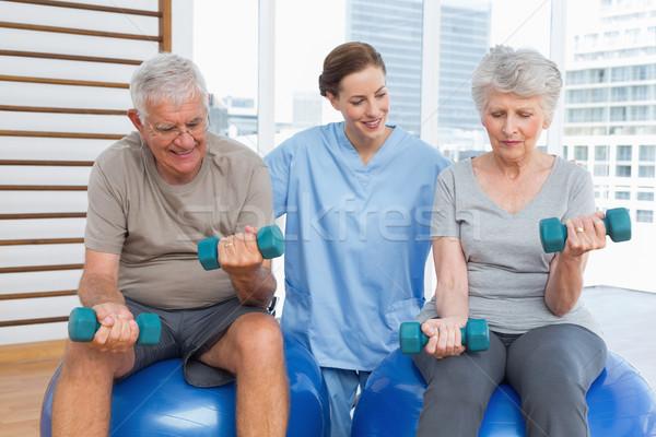 Femenino terapeuta pareja de ancianos pesas médicos oficina Foto stock © wavebreak_media