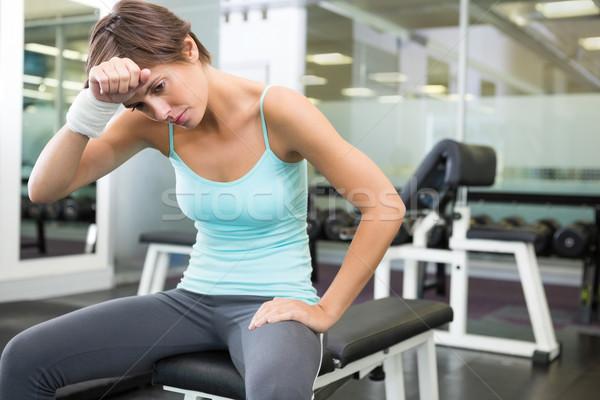 Dopasować brunetka posiedzenia ławce naprzód siłowni Zdjęcia stock © wavebreak_media