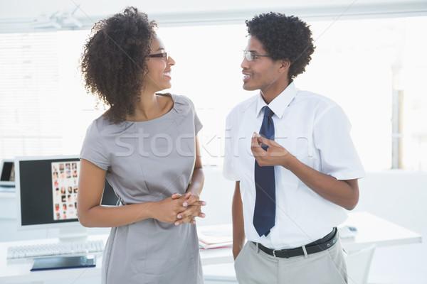 Jovem equipe falante juntos criador escritório Foto stock © wavebreak_media