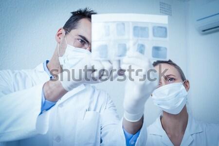 Fogorvos kék cserjék mosolyog kamera fogászati Stock fotó © wavebreak_media