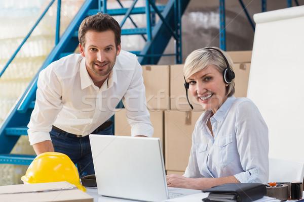 Magazijn managers met behulp van laptop hoofdtelefoon vrouw Stockfoto © wavebreak_media