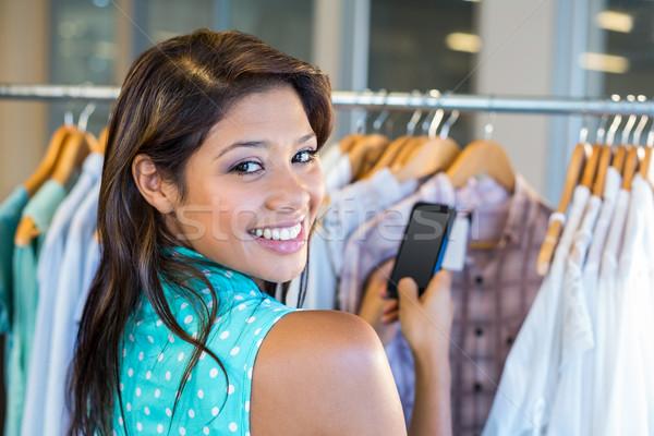 Hermosa morena código de barras teléfono móvil ropa tienda Foto stock © wavebreak_media