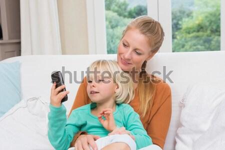 Mosolyog testvérek mobiltelefon otthon nappali család Stock fotó © wavebreak_media