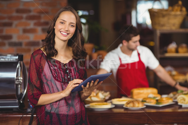 красивая женщина таблетка портрет кофейня работник службе Сток-фото © wavebreak_media
