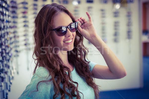 Mulher bonita compras óculos de sol feminino sorridente cliente Foto stock © wavebreak_media