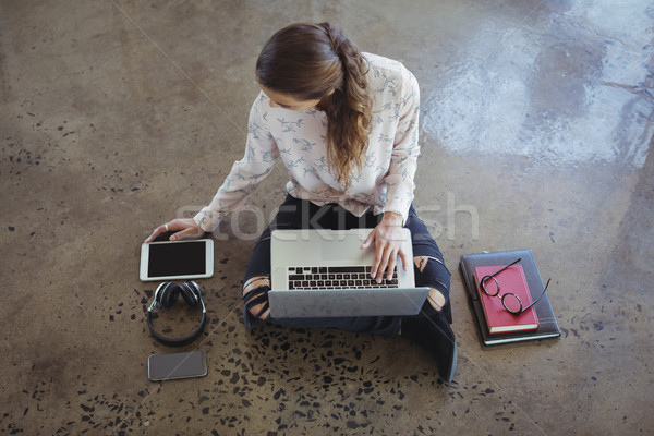 女性実業家 作業 ノートパソコン デジタル タブレット 階 ストックフォト © wavebreak_media